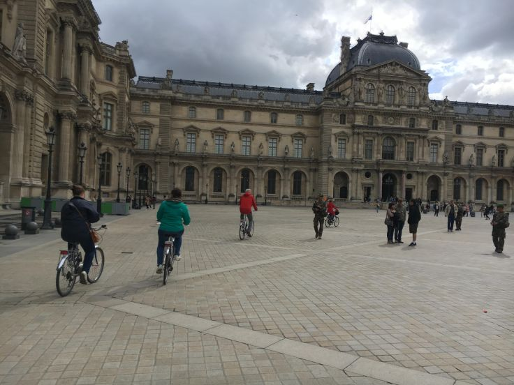 Fietsen op de binnenplaats van het Louvre