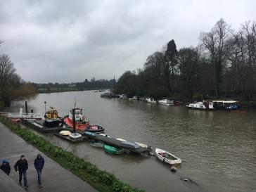 De Thames vrijdagnamiddag, voor de regenbui